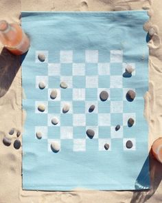 DIY game while on the beach: Checkers on a place mat
