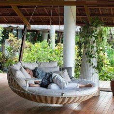Hanging Beds Adding Summer Decorating Thrill to Backyard Designs Oh yes. Hanging beds add playful designs summer fun and enhance your beautiful backyard landscaping or garden design with a wonderful daybed to relax Outdoor Porch Bed, Outdoor Spaces, Outdoor Living, Patio Swing, Patio Bed, Porch Swings, Swing Beds, Hammock Swing, Outdoor Daybed