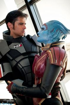 Mark Meer, the actor who voiced Commander Shepherd in BioWare's 'Mass Effect' series, appeared at DragonCon 2012. Wow...it would've been so cool to meet him!