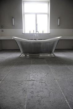 Love this combination of floor and bathtub. From stiltje. Bad Inspiration, Bathroom Inspiration, Bathroom Spa, Modern Bathroom, Tadelakt, Bathroom Design Small, Stone Flooring, Home Hacks, Bathroom Renovations
