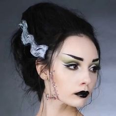 Don't know what to be for Halloween yet? You can be Frankenstein's Blushing Bride with this shockingly easy hack! Bride Of Frankenstein Halloween Costume, Bride Of Frankenstein Hair, Cute Couple Halloween Costumes, Halloween Outfits, Halloween 2019, Halloween Ideas, Adult Halloween, Halloween Party, Scream Queens