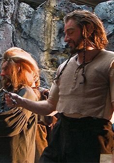 Richard/Thorin playing with the key to Erebor, bts