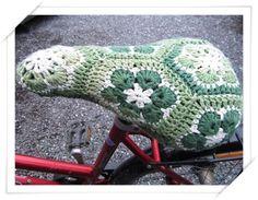 Crochet bicycle seat cover; African flower. Pattern instructions (not in English). Paula Kristiina : Simaa ja satulan päälistä
