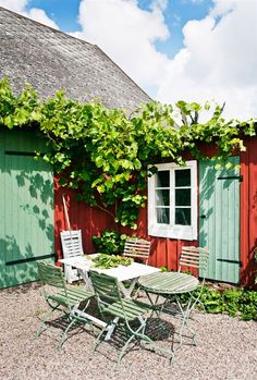 Best DIY Outdoor Patio Furniture Projects (Ideas and Designs) Part 45 ; patio ideas on a budget; Swedish Cottage, Red Cottage, Red Houses, Patio Interior, Interior Design, Outdoor Living, Outdoor Decor, Outdoor Seating, Blog Deco