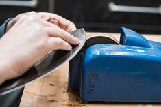 Wiegemesser am elektrischen Nassschleifstein Toaster, Kitchen Appliances, Worth It, Damask, Diy Kitchen Appliances, Home Appliances, Toasters, Kitchen Gadgets, Sandwich Toaster