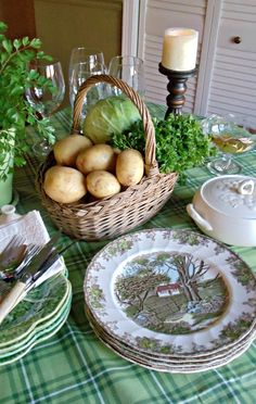 upstairs downstairs: A Day for the Irish - NEED _ Friendly Village patricks day party table St Paddys Day, St Patricks Day, Saint Patricks, Dresser La Table, Irish Decor, Irish Cottage Decor, Irish Blessing, Irish Recipes, Luck Of The Irish