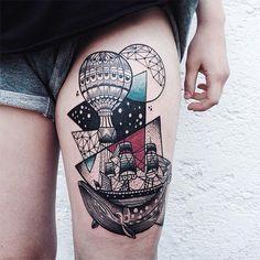 Jessica Kinzer paart geometrische Dotwork-Tattoos mit einen Spritzer Farbe | KlonBlog