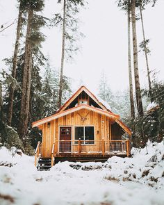 Rustic Interiors and rustic exteriors of homes. Get inspired and build a rustic home Inspiration Hand Crafted Vintage Woodland House Rustic Home Decor If you're the kind of guy or gal then DIY and get a rustic themed room on a budget Designing and Buildi Tiny House Cabin, Cabin Homes, Log Homes, Cottage House, Snow Cabin, Cozy Cabin, Winter Cabin, Cabana, Mini Chalet