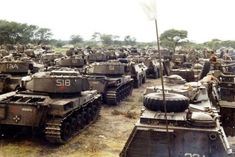 South African Olifant tanks and Ratel IFVs at Mavinga Angola SADF preparing for Operation Hooper successfully driving Angolan and Cuban troops West of the Lomba river Army Day, Defence Force, Army Vehicles, Military Pictures, Tactical Survival, Panzer, Special Forces, Troops, Soldiers