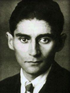 """""""Contemplado desde el punto de vista de la literatura, mi destino parece bastante simple. El deseo de representar mi fantástica vida interior ha desplazado todo lo demás, y además la ha agotado terriblemente, y sigue agotándola. Ninguna otra cosa podrá jamás conformarme"""". Franz Kafka"""