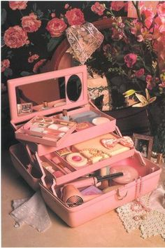 45 Brilliant Makeup Organizer Storage Ideas for Girls Caboodle from the So retro Vintage 80s Aesthetic, Aesthetic Vintage, Daddy Aesthetic, Aesthetic Beauty, Aesthetic Makeup, Aesthetic Videos, Photo Vintage, Vintage Pink, Vintage Stuff