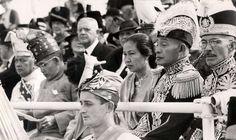 Vorstenhuizen : Koningshuis Nederland : Indische vorsten die speciaal naar Nederland zijn gekomen voor de viering van het 40-jarig regeringsjubileum van koningin Wilhelmina kijken toe bij een wapenschouw aan de van Alkemadelaan. Nederland, 1938.