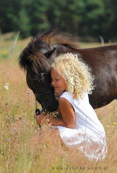 All horses deserve, at least once in their lives, to be loved by a little girl. I wish I had a pony to do this with! Animals For Kids, Farm Animals, Cute Animals, Beautiful Children, Beautiful Horses, Friends Forever, Best Friends, Amor Animal, Horse Love
