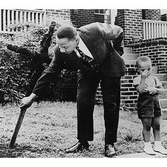 Martin Luther King Jr removing a burned cross from his front yard with his son at his side. Atlanta Ga 1960 (In memory of Martin Luther King. Rare Historical Photos, Rare Photos, Old Photos, Vintage Photos, Bizarre Photos, Epic Photos, Rare Images, Rare Pictures, Jack Kerouac