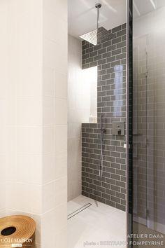 Le coin douche a été habillé de carrelage métro dans la salle de bains.