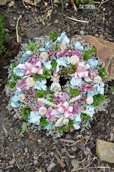 Věnec s keramickou vílou, zdobený květy a stuhami Floral Wreath, Wreaths, Design, Home Decor, Floral Crown, Decoration Home, Door Wreaths, Room Decor