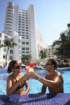 Inolvidable brindis en la alberca. En el Hotel Tesoro Manzanillo.