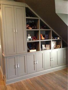 GENIAL...!! este mueble bajo la escalera... ideal para ocupar al maximo los espacios vacios de tu casa