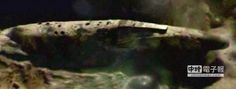 【月球隕坑 驚現巨型宇宙飛船!?】  類似宇宙飛船的龐大物體。(圖取自新浪網)