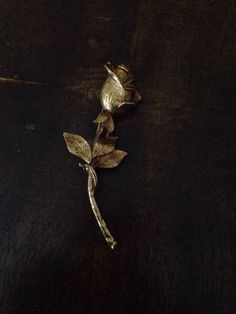 large GOLD Metal Brooche in Beckenham um £ 10,00 – Shpock