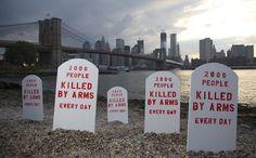 Lápides colocadas pelos ativistas da Anistia Internacional durante a Conferência da ONU relativa ao Tratado sobre o Comércio de Armas, realizada em Nova York, em julho de 2012.