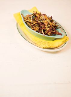 Chips de casca de batata-doce | Receita Panelinha: Aproveite as cascas elas viram um aperitivo delicioso! Basta levar para o forno preaquecido, as tiras ficam sequinhas e crocantes.