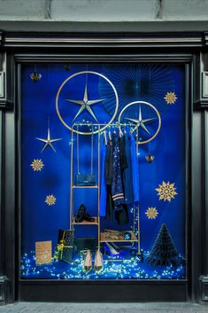 Bakery Window Display, Office Christmas Decorations, Fashion Displays, Remembrance Day, Window Dressings, Fantasy World, Visual Merchandising, Office Decor, Windows