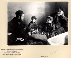 : Poland ,Warsaw, ילדים אוכלים בגטו.