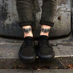 tattoo blackwork oldschool t a t u a e - oldschool Leg Tattoos, Body Art Tattoos, Tattoo Drawings, Sleeve Tattoos, Star Tattoos, Tatoos, Pretty Tattoos, Beautiful Tattoos, Blackwork
