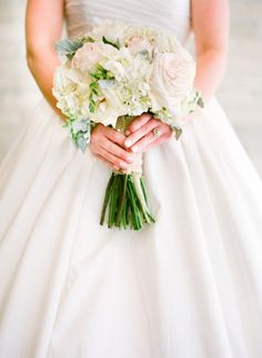 Lovely cream bouquet. Photography by Lexia Frank Photography / lexiafrank.com