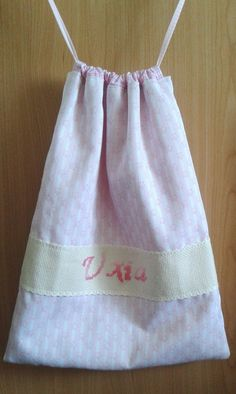 En Junio os enseñé que tenía unas telas preparadas para hacerle una bolsa de merienda  a Uxia. Pues ya hace más de un mes que la está us...