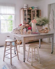 Another sweet scene from our photoshoot at @rachelashwell's lovely home! The day was completely filled with flowers, reminding us of Rachel's upcoming book. We can't wait to peruse those pages! #myfloralaffair @officialshabbychic #romantichomes #romantichome #romanticstyle #shabbychic #shabbychiclifestyle #floral #floraldesign #blossom #rose #babysbreath #vintage #vintagelove #flowers