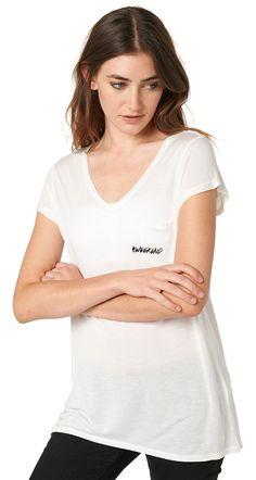 """T-Shirt mit Print für Frauen (unifarben mit Print, kurzärmlig mit V-Ausschnitt) aus Jersey, mit fixierten Turn-Ups an den Ärmeln, aufgesetzte Brusttasche vorne links mit """"#weekend""""-Print. Material: 100 % Modal..."""