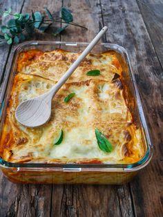 Voici une recette de lasagnes aux aubergines qui devrait vous plaire… Rassurez-vous, même si on est au mois d'octobre, les aubergines sont encore de saison, on en trouve encore chez les maraîchers et dans les potagers. Mais ne tardez pas trop à faire cette recette de lasagnes végétariennes, car bientôt ce sera fini, et il […] Batch Cooking, Cooking Recipes, Healthy Dinner Recipes, Healthy Snacks, Chicken Parmesan Recipes, Vegetable Recipes, Macaroni And Cheese, Veggies, Ravioli