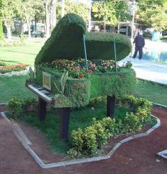 10 Ways to Incorporate a Piano Into Your Garden Unique Gardens, Amazing Gardens, Beautiful Gardens, Beautiful Flowers, Topiary Garden, Garden Planters, Fleur Design, Arte Floral, Yard Art
