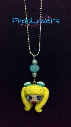 """Collana dollina """"Dollicious""""(con dolci ciambelline in testa),con charm in vetro e perle."""