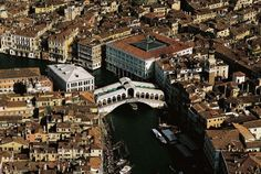 YannArthusBertrand2.org - Le Grand Canal et le Rialto, Venise, Italie (45°35' N – 12°34' E). Grand Canal, Rialto Bridge, Earth From Space, Visit Italy, Sicily, Italy Travel, Tuscany, City Photo, Around The Worlds