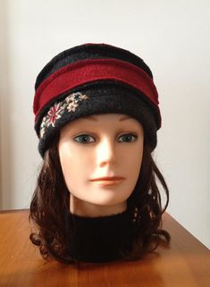 Chapeau en laine bouillie pour femme rouge et gris avec fleurs