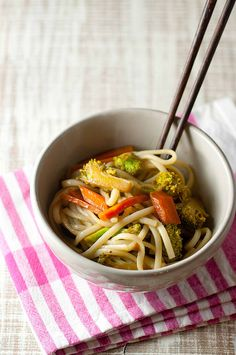 Una streghetta in cucina: Noodles con cimette di broccolo, carote e soia