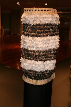 kakahu kereru rokahurihia ngarimu-cameron Polynesian People, Feather Cape, Maori Designs, New Zealand Art, Maori Art, Cloaks, Kiwi, Weave, Arts And Crafts