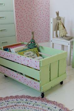Decorar una caja de madera con papel pintado para guardar los juguetes y los cuentos.