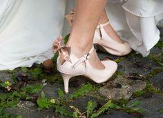 Emilie voulait un modèle fermé confortable pour son mariage avec une touche de rose poudré. Modèle Marissol agrémenté d'une noeud en cuir saumoné.  http://ift.tt/2pFGJt6  #chaussurededanse #chaussuredemariee #chaussureconfortable #chaussurefemme #chaussuresapaillettes #glitter #glittershoes #weddingshoes #danceshoes