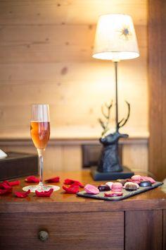 Hôtel Chalet Royalp and Spa. Les 63 chambres & suites ainsi que les 30 appartements vous invitent à la détente en famille ou entre amis. Véritables lieux de vie où le luxe et le style se conjuguent avec l'espace, les chambres et appartements offrent confort et sérénité. Hotel Chalet, Suites, Ainsi, Flute, White Wine, Alcoholic Drinks, Champagne, Tableware, Glass