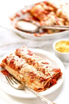 Easy Vegan Manicotti with Tofu Ricotta. Easy Vegan Manicotti with Tofu Ricotta Recipes This vegan manicotti recipe is made with a creamy tofu ricotta filling and topped with a homemade tomato sauce! Manicotti Recipe, Tofu Ricotta, Cooking Tofu, Pot Pasta, Pasta Dishes, Homemade Tomato Sauce, Vegan Dishes, Vegetarian Recipes, Vegan Meals