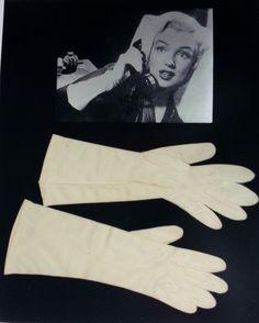 """Guanto originali usati da Marilyn Monroe nel film """"Come sposare un milionario""""."""