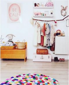 Buntes Kinderzimmer mit Vintage Elementen und Ast als Kleiderstange am String Regal