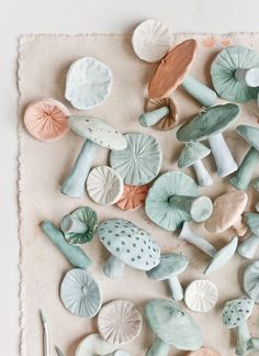 Unique Christmas Ornaments: Making Clay Mushrooms – Paper and Stitch – Air Dry Clay Sculpey Clay, Polymer Clay Crafts, Diy Clay, Diy With Clay, Crafts With Clay, Baking Polymer Clay, Polymer Clay Ornaments, Felt Crafts, Paper Crafts