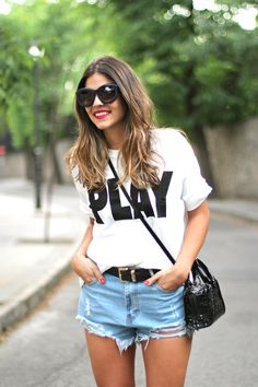 trendy_taste-look-outfit-street_style-ootd-blog-blogger-moda_españa-fashion_spain-denim_shorts-shorts_vaqueros-kuboraum-gafas_de_sol_grandes-oversize_sunnies-sandalias_negras-charol-zara-4