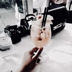 Image discovered by 𝓘𝓷𝓈𝕠𝐌𝓃𝒾𝓐☽˚⋆. Find images and videos about pink, summer and food on We Heart It - the app to get lost in what you love. Fruity Alcohol Drinks, Drinks Alcohol Recipes, Non Alcoholic Drinks, Refreshing Drinks, Fun Drinks, Sweet Cocktails, Tequila, Vodka, Easy Mixed Drinks