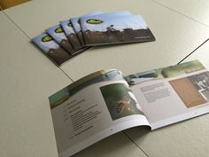 Productbrochure vormgegeven van de biologische honingsoorten van de Traay.